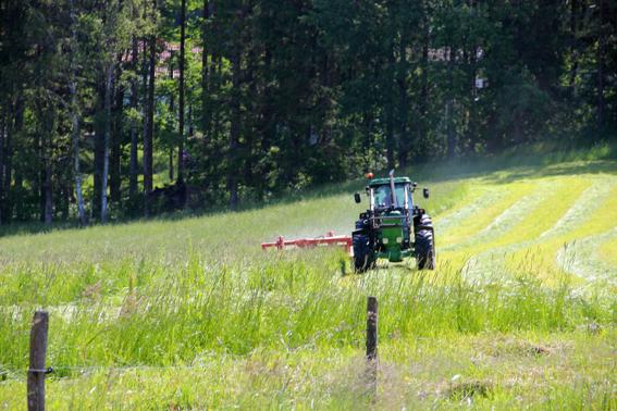 Lite större traktor och bredare maskin